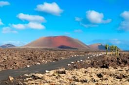 Camino en campo volcánico de Lanzarote