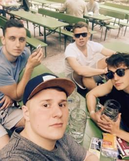 Jungs im Englischen Garten