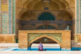 Frau vor Moschee in Isfahan, Iran