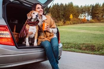 Frau mit Hund im Auto