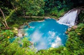 Besuchen Sie den Blue Hole Waterfall
