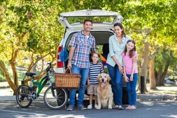 Familie am Auto