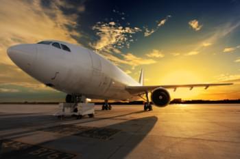 Flugzeug auf der Landebahn im Sonnenuntergang
