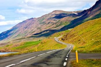 Carretera de montaña en Islandia