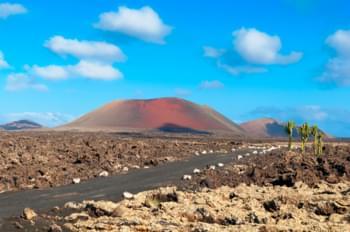 Weg door het vulkaanlandschap