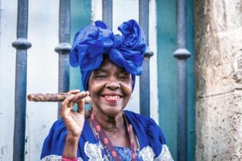 Mujer con puro Cuba
