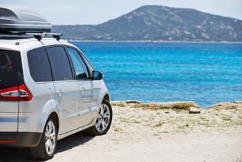 Minivan mit Dachbox
