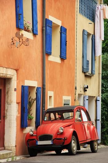 Rote Ente in einer Gasse in Frankreich
