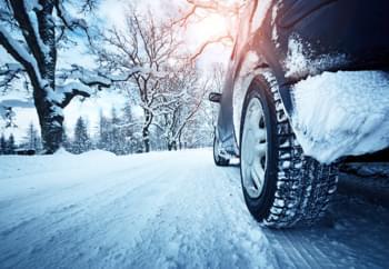 Auto bremst auf schneebedeckter Straße