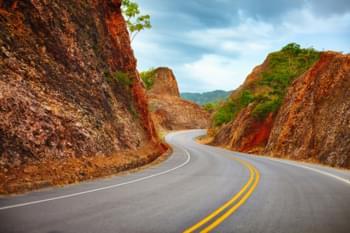 Bergweg naar het schiereiland Samana