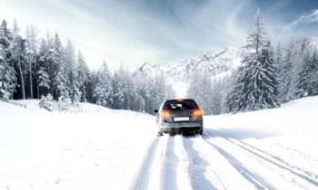 Auto fährt auf schneebedeckter Straße