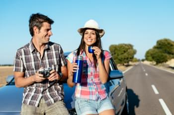 Paar op reis autoverhuur in Mallorca