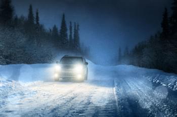 Mit dem Mietwagen bei Nacht im Winter unterwegs