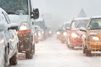 Stau mit dem Mietwagen im Winter bei Schnee