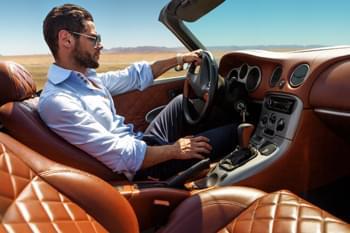 Mann im Luxuswagen cabrio