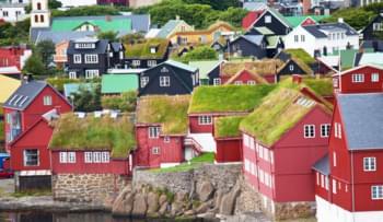 maisons colorées rouge toit herbe torshavn îles féroé