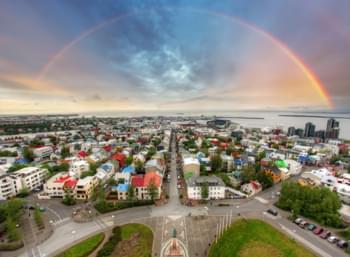 vue sur la ville de Reykjavik arc-en-ciel islande