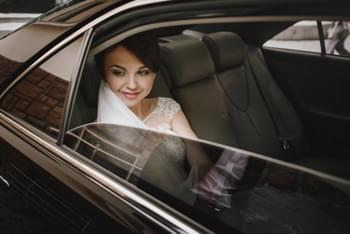 Braut im Luxuswagen