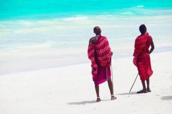 Massai am Strand von Sansibar