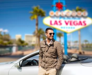 Mann vor Auto in Las Vegas
