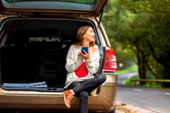 Frau im Minivan