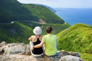 Paar genießt Aussicht in Nova Scotia, Kanada