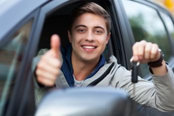 Jonge bestuurders in de auto