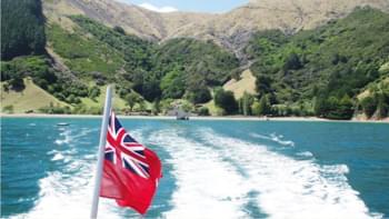 Postboot mit neuseeländischer Flagge