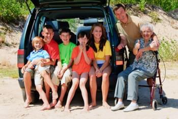 Familie im 7-Sitzer am Strand