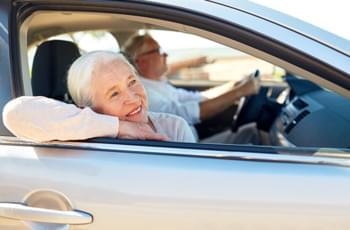 Senioren im Mietwagen