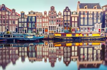 Canal con el barco en Amsterdam