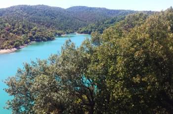 Blick über den See in Frankreich