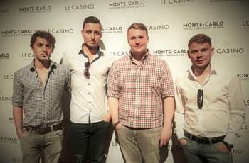 Jungs vor dem Casino Monte-Carlo in Monaco