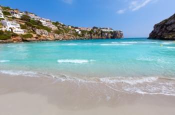 Küste mit Sand und türkisen Wasser