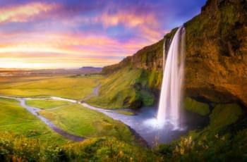 Farbenfrohes Naturspektakel beim Wasserfall