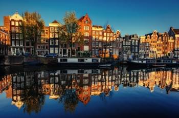 Casas en los canales de Amsterdam