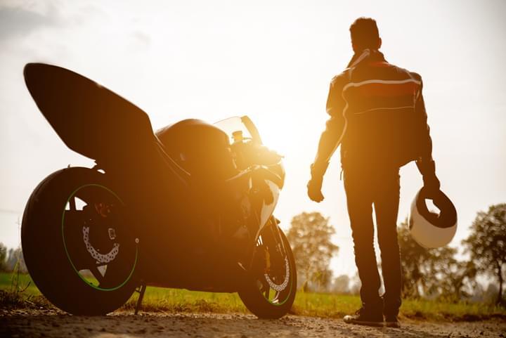 Motorista con su moto de arrendamiento
