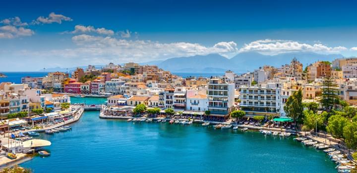 Den Küstenort Agios Nikolaos mit dem Mietwagen erkunden
