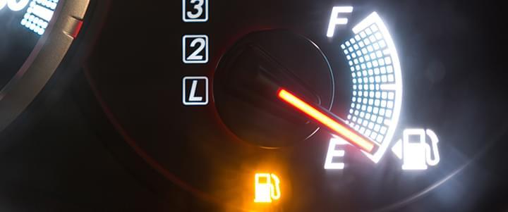Stresssituation mit dem Auto: Tankanzeige auf Reserve