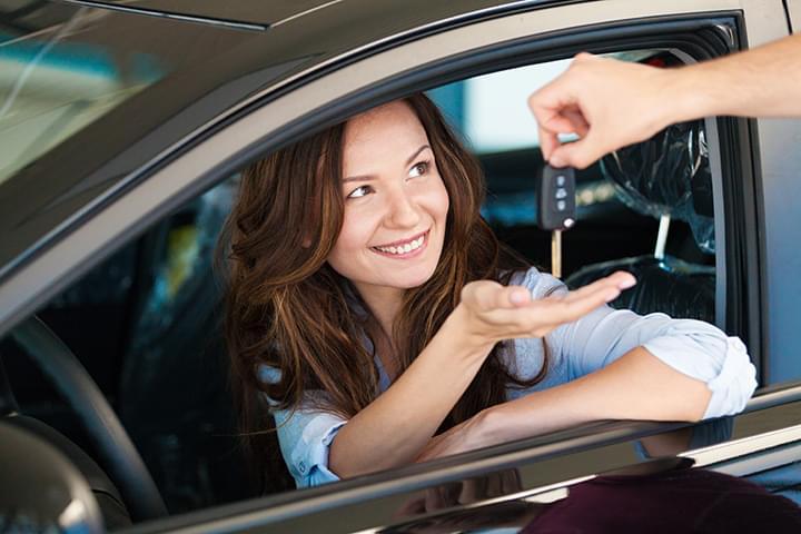Frau bekommt Autoschlüssel