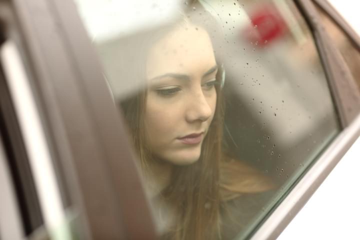 Frau leidet unter Übelkeit im Auto