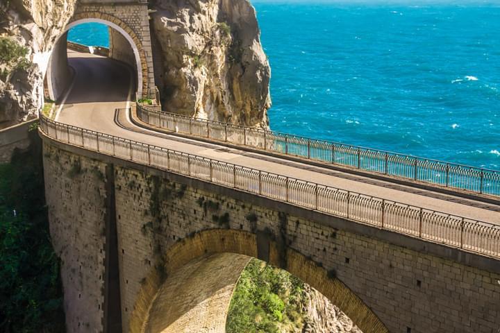 En coche de alquiler a lo largo de la costa de Amalfi