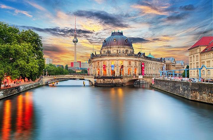 Die Berliner Museumsinsel bei Sonnenuntergang