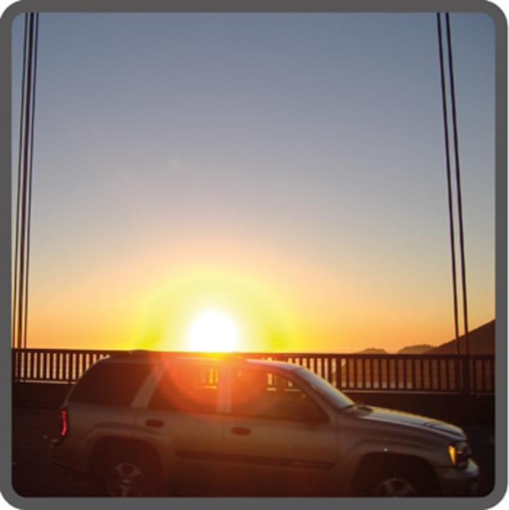 Sonnenuntergang hinter Auto