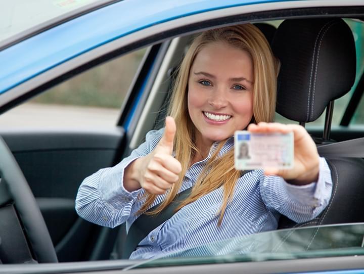 Por regla general, los jóvenes conductores deben ser titulares de un permiso de conducción durante al menos 6 ó 12 meses.
