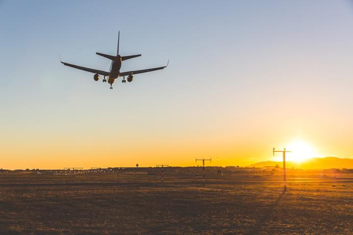 Flugzeug vor der Autovermietung am Flughafen Mallorca