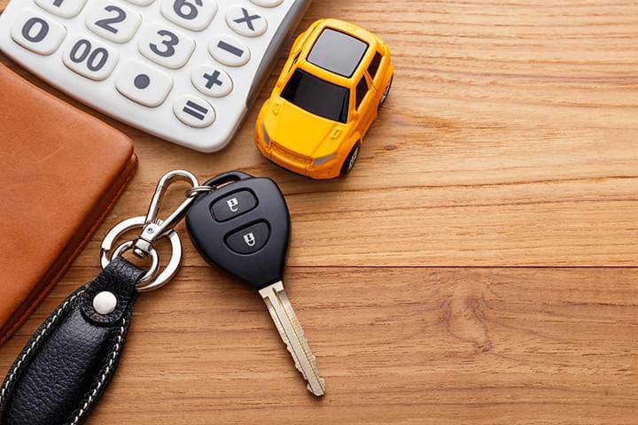 Muchos proveedores obligan a los conductores jóvenes a pagar una tarifa especial para deterninados vehículos