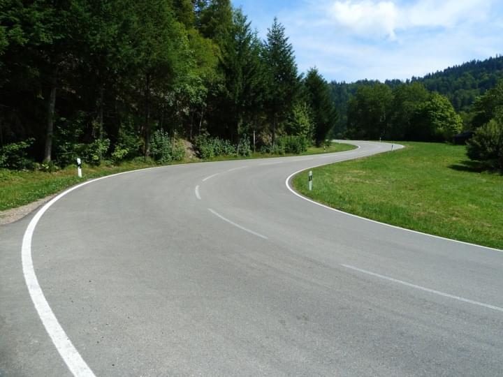 Kurvenreiche Straße im Schwarzwald