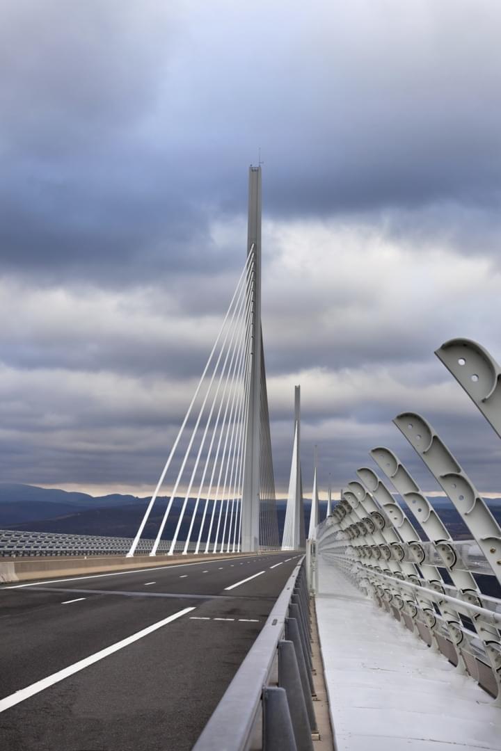Auf der Fahrbahn der Millau Brücke