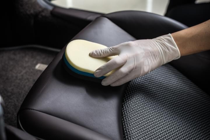 Autositz reinigen nach einem Malheur bei Übelkeit im Auto